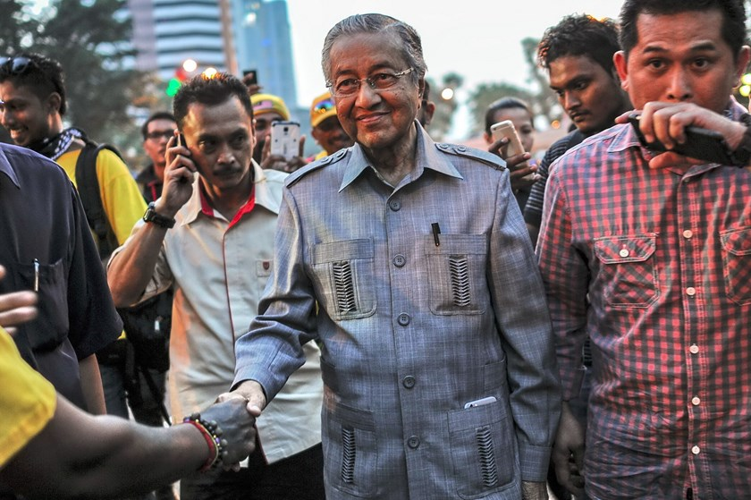 Former prime minister Mahathir Mohamad (C) shakes hands with a supporter as he arrives during a demonstration demanding Prime Minister Najib Razak's resignation and electoral reforms in Kuala Lumpur on August 29, 2015. Photo: AFP/Mohd Rasfan