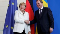 Swedish Prime Minister Stefan Lofven and German Chancellor Angela Merkel (L) shake hands after a news conference at the Chancellery in Berlin, Germany September 8, 2015. Photo: Reuters/Fabrizio Bensch