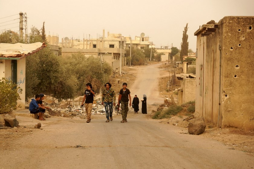 Free Syrian Army fighters walk with their weapons in the Deraa countryside September 9, 2015. Photo: Reuters/Alaa Al-Faqir