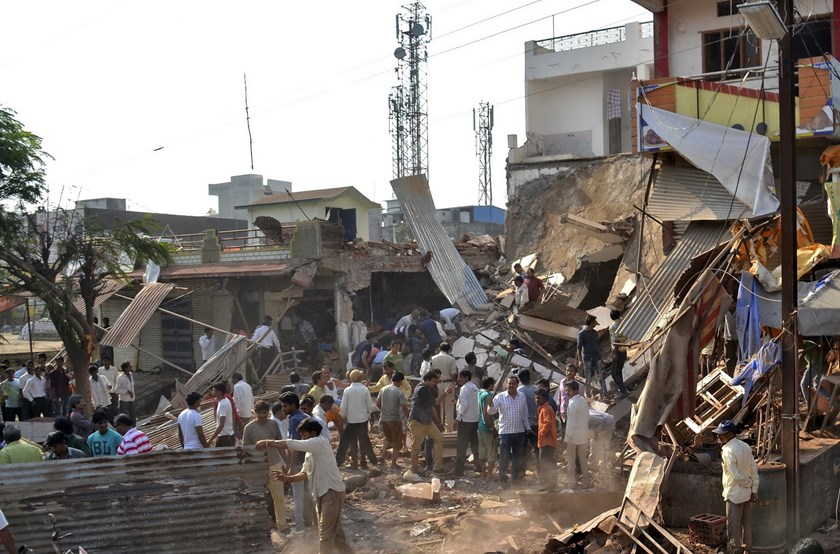 People stand near the site of an explosion in Jhabua district at Madhya Pradesh, India, September 12, 2015. Photo: Reuters