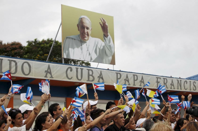People react after the arrival of Pope Francis outside the airport in Havana September 19, 2015. Photo: Reuters/Claudia Daut