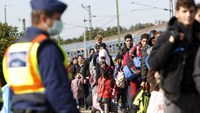 Migrants queue to board a train at the railway station in Zakany, Hungary October 1, 2015. Photo: Reuters/Bernadett Szabo