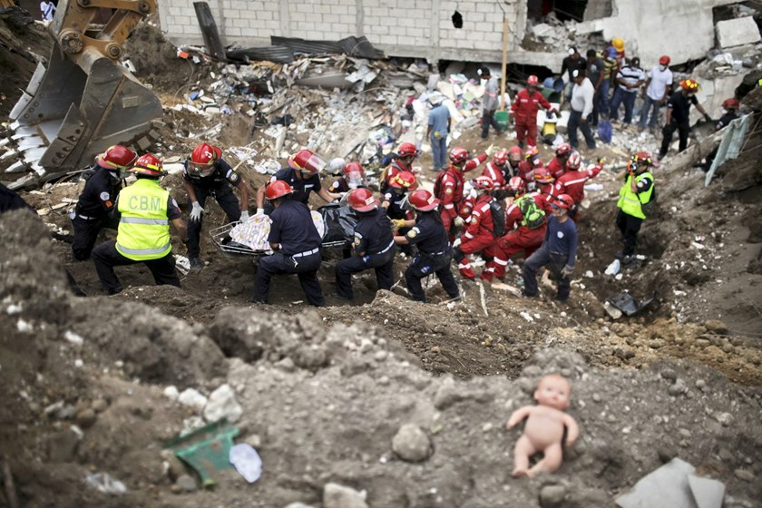 A rescue team recovers bodies of mudslide victims in Santa Catarina Pinula, on the outskirts of Guatemala City, October 3, 2015. Photo: Reuters/Jose Cabezas