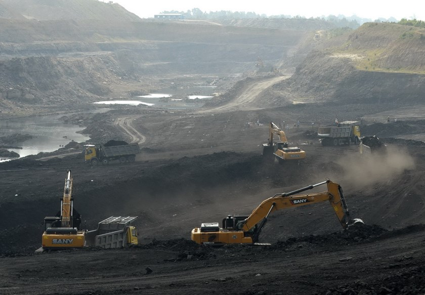 Miners work at Magadh coal mine in Chatra district in the eastern state of Jharkhand, India, September 30, 2015. Photo: Reuters