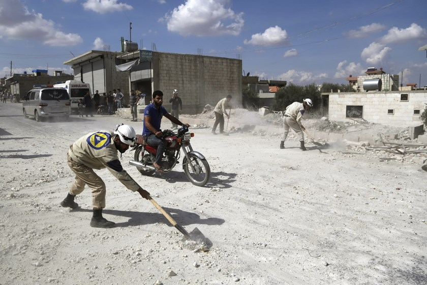 Civil defense members remove rubble from a site hit by what activists said were airstrikes carried out by the Russian air force in Kafranbel, near Idlib Syria October 10, 2015. Photo: Reuters/Khalil Ashawi