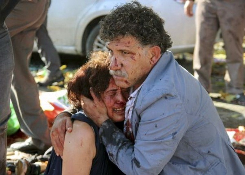 An injured man hugs an injured woman after an explosion during a peace march in Ankara, Turkey, October 10, 2015. Photo: Reuters/Tumay Berkin