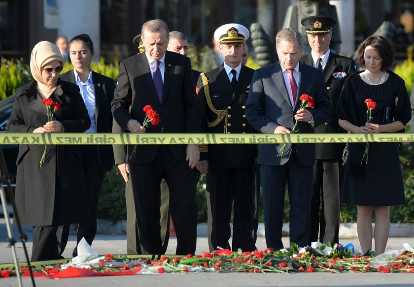 Turkish President Tayyip Erdogan (front 2nd L) and his Finnish counterpart Sauli Niinisto (front 2nd R), accompanied by their wives Emine Erdogan (L) and Jenni Haukio (R), hold carnations during a commemoration for the victims of Saturday's bombings in Ankara, Turkey, October 14, 2015. Photo: Reuters