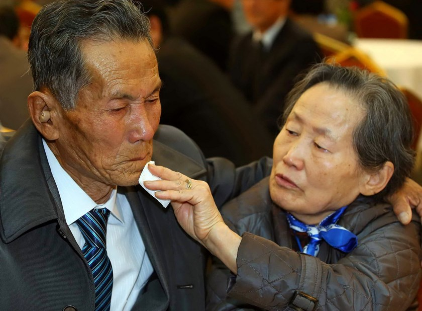 South Korean Son Gwon-Bun (R), 78, wipes the tears of her North Korean brother Son Gwon-Geun (L), 83, as they bid farewell following their three-day separated family reunion meeting at the Mount Kumgang resort on the North's southeastern coast on October 22, 2015. Photo: AFP/Yonhap