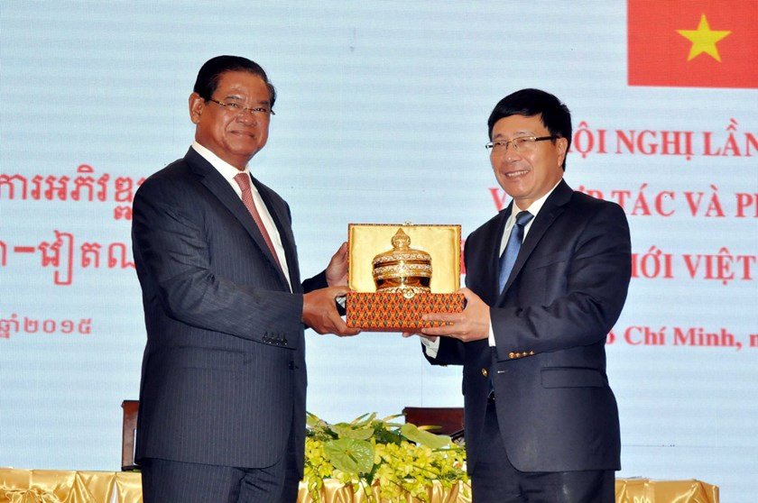 Deputy Prime Minister and Minister of Foreign Affairs Pham Binh Minh (R) and his Cambodian counterpart Sar Kheng exchange a souvenir gift before the meeting on October 28, 2015.  Photo: Thanh Vu/VNA