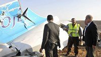 Egypt's Prime Minister Sherif Ismail (R) listens to rescue workers as he looks at the remains of a Russian airliner after it crashed in central Sinai near El Arish city, north Egypt, October 31, 2015. Photo: Reuters