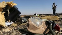 A debris from a Russian airliner is seen at its crash site at the Hassana area in Arish city, north Egypt, November 1, 2015. Photo: Reuters/Mohamed Abd El Ghany