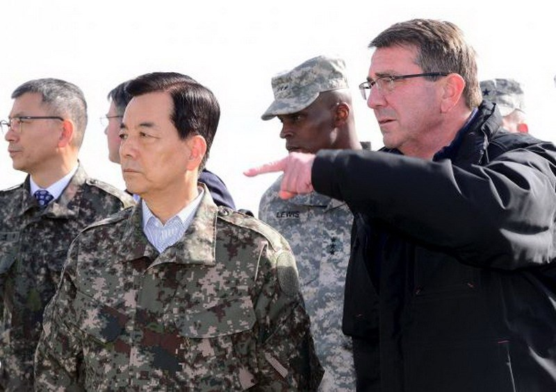 U.S. Defense Secretary Ash Carter (R) and his South Korean counterpart Han Min-Koo (L) looks towards north from a observation post inside the truce village of Panmunjom, in the demilitarized zone (DMZ) separating the two Koreas, South Korea, November 1, 2015. Photo: Reuters/Korea Pool/Yonhap