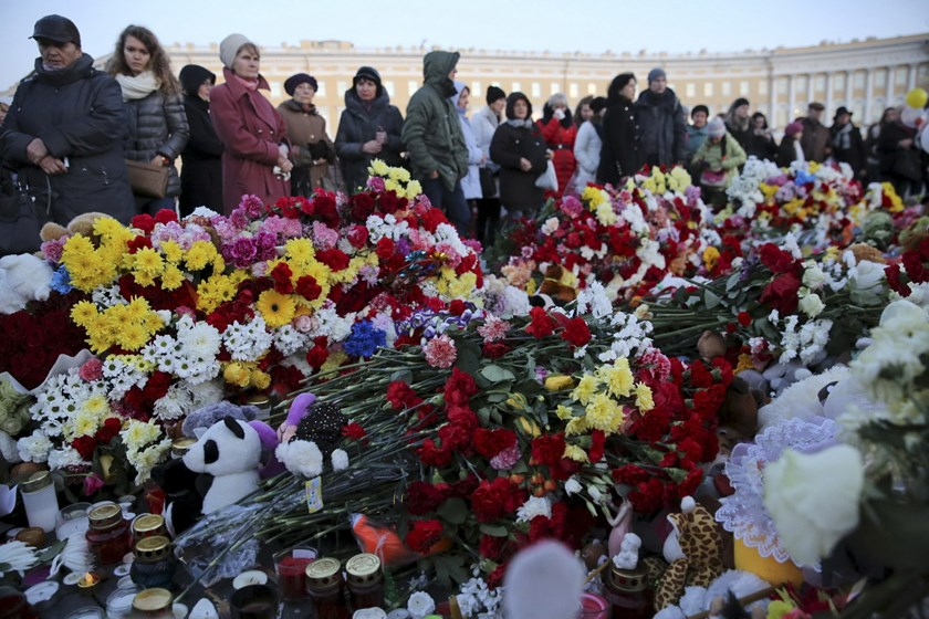 People gather at Dvortsovaya Square to commemorate victims of the air crash in Egypt in St. Petersburg, Russia, November 3, 2015. Photo: Reuters/Peter Kovalev