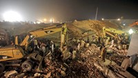 Rescue workers search for survivors after a factory collapsed near the eastern city of Lahore, Pakistan November 4, 2015. Photo: Reuters/Mohsin Raza