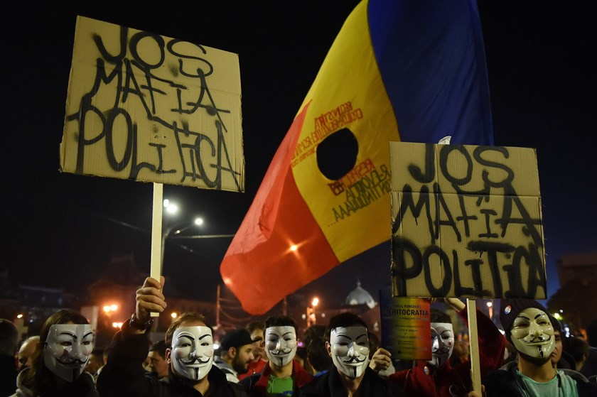 Romanians protest against the political class and Romanian authorities during the second day of protest in Bucharest November 4, 2015 after Romanian Prime Minister Victor Ponta announced his resignation. Photo: AFP/ Daniel Mihailescu