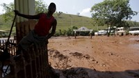 A man works on the cleaning of a house flooded with mud after a dam owned by Vale SA and BHP Billiton Ltd burst, in Barra Longa, Brazil, November 7, 2015. Photo: Reuters/Ricardo Moraes