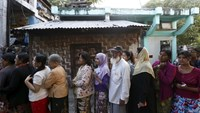 People line up to vote in a mixed Muslim, Buddhist and Hindu neighborhood during the general election in Mandalay, Myanmar, November 8, 2015. Photo: Reuters/Olivia Harris
