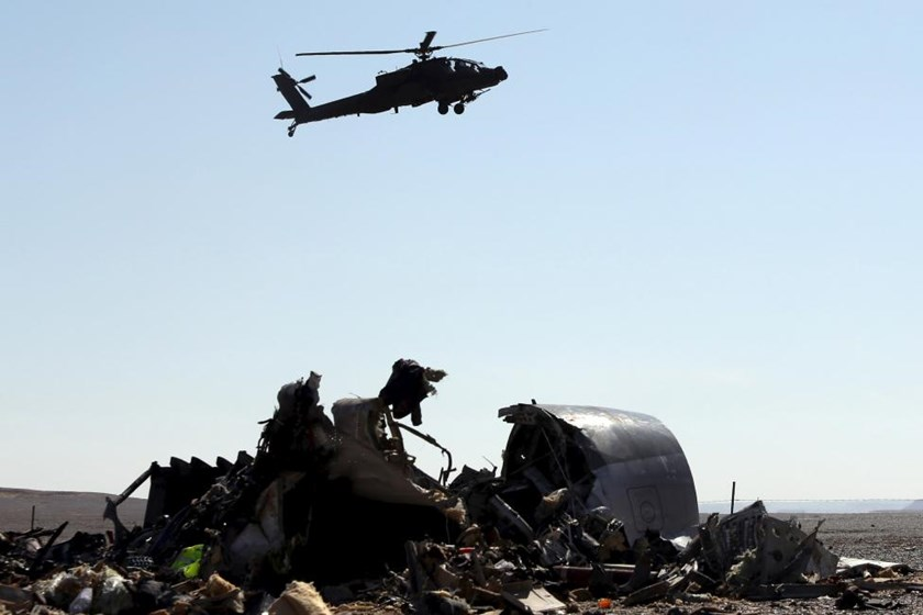 An Egyptian military helicopter flies over debris from a Russian airliner which crashed at the Hassana area in Arish city, north Egypt, November 1, 2015. Photo: Reuters/Mohamed Abd El Ghany
