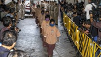 Human trafficking suspects arrive at the criminal court in Bangkok, Thailand, November 10, 2015. Eighty-eight human trafficking suspects arrested as part of a crackdown on Thailand's lucrative smuggling and trafficking syndicates were brought before a Bangkok court on Tuesday to start examination of evidence and witnesses ahead of a trial. Photo: Reuters/Athit Perawongmetha