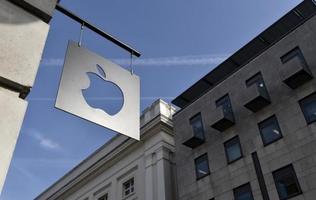 A sign is seen outside the Apple Store in Covent Garden in London, April 10, 2015. Photo: Reuters/Toby Melville