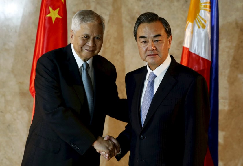 Philippine Foreign Secretary Albert del Rosario (L) shakes hands with visiting Chinese Foreign Minister Wang Yi at the Department of Foreign Affairs in Manila November 10, 2015. Photo: Reuters/Erik De Castro