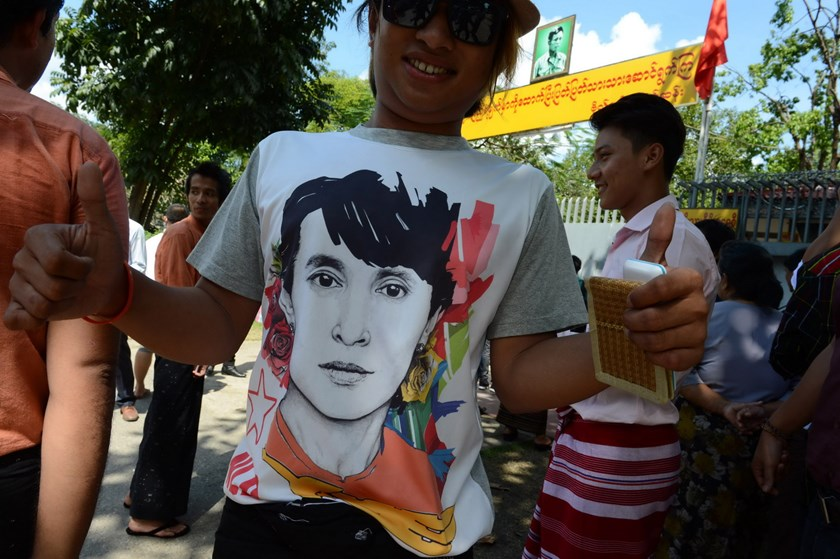 Myanmar singer Si Thu Myo, wearing a tee-shirt with portrait of Myanmar opposition leader Aung San Suu Kyi, poses outside her residence in Yangon on November 12, 2015, after Suu Kyi hosted a thanksgiving breakfast for Myanmar celebrities who campaigned for her in the recent election. Photo: AFP/Romeo Gacad