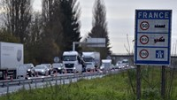A view shows vehicles queuing in the highway from Paris to Brussels as Belgian and French police officers control the crossing of vehicles on the border between the two countries, following the deadly Paris attacks, in Crespin, France, November 14, 2015. Photo: Reuters/Eric Vidal