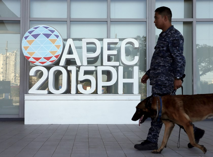 A military personnel walks past an APEC logo with his sniffer dog at the media center of the Asia-Pacific Economic Cooperation (APEC) summit in the capital city of Manila, Philippines November 17, 2015. Photo: Reuters/Edgar Su