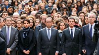 French President Francois Hollande (C) flanked by French Education Minister Najat Vallaud-Belkacem (2ndL) and French Prime Minister Manuel Valls (2ndR) stand among students as they observe a minute of silence at the Sorbonne University in Paris to pay tribute to victims of Friday's Paris attacks, France, November 16, 2015. Photo: Reuters/Guillaume Horcajuelo/Pool