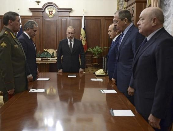 Russian President Vladimir Putin (3rd L) with armed forces Chief of Staff Valery Gerasimov (L), Defence Minister Sergei Shoigu (2nd L), Federal Security Service (FSB) Director Alexander Bortnikov (3rd R), Foreign Minister Sergei Lavrov (2nd R) and Director of Russia's Foreign Intelligence Service (SVR) Mikhail Fradkov (R) stand in a moment of silence before a meeting on Russian plane crash in Egypt at the Kremlin in Moscow, Russia November 17, 2015. Photo: Reuters/Alexei Nikolskyi/SPUTNIK/Kremli