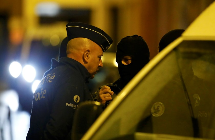 Belgian police stage a raid, in search of suspected muslim fundamentalists linked to the deadly attacks in Paris, in the Brussels suburb of Molenbeek, November 17, 2015. Photo: Reuters/Yves Herman