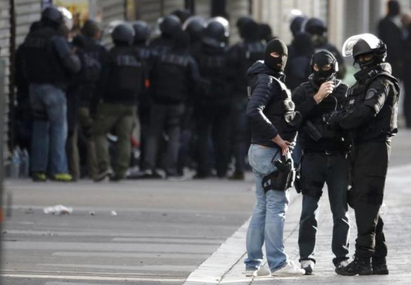 Members of French special police forces of the Research and Intervention Brigade (BRI) are seen near a raid zone in Saint-Denis, near Paris, France, November 18, 2015 during an operation to catch fugitives from Friday night's deadly attacks in the French capital. Photo: Reuters/Christian Hartmann