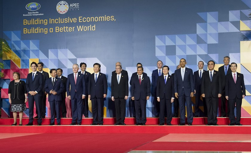 "Philippine President Benigno Aquino (C) is flanked by China's President Xi Jinping (centre L) and Peru's President Ollanta Humala (centre R) as they pose for the official ""family photo"" at the annual 21-member Asia-Pacific Economic Cooperation (APEC) summit in Manila on November 19, 2015. AFP PHOTO / SAUL LOEB"