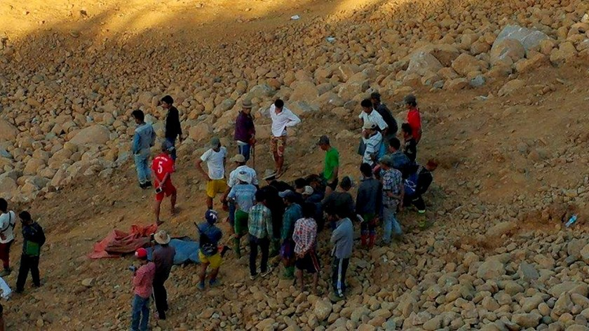 People look for dead bodies following a landslide in Hpakant jade mine in Kachin state November 21, 2015. Photo: Reuters