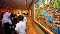 Visitors look at art works during the opening of the newly restored National Gallery, formerly the City Hall and High Court building, in Singapore on November 23, 2015. Photo: AFP/Mohd Fyrol