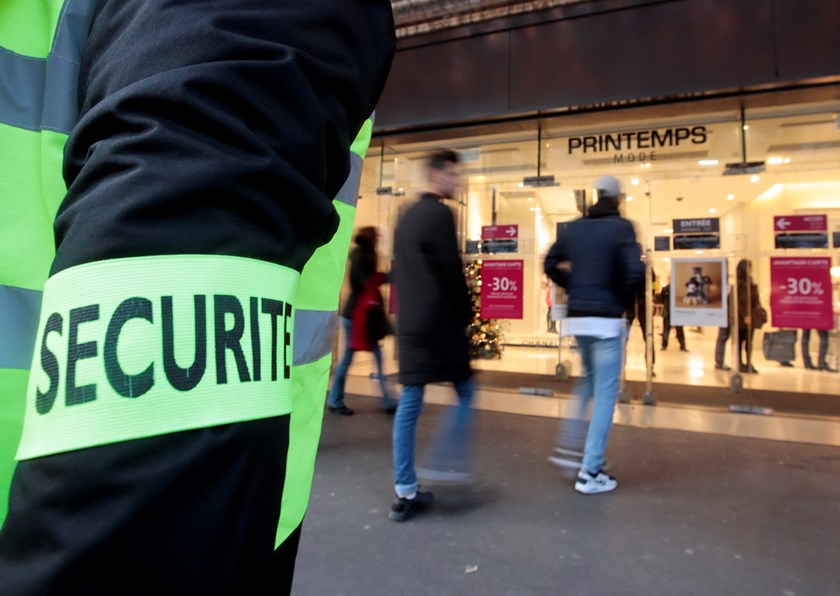 A security guard patrols near the Printemps department store in a shopping district in Paris, France, November 23, 2015 ten days after a series of deadly attacks in the French capital. Photo: Reuters/Eric Gaillard