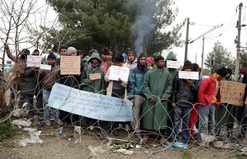 Migrants protest as they want to cross the border with Greece, near Gevgelija, Macedonia November 25, 2015. Photo: Reuters/Stoyan Nenov
