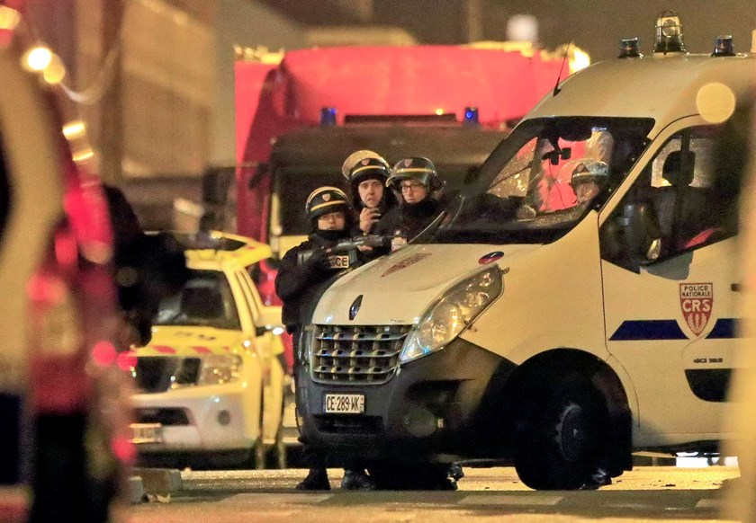 Police take up position near the scene of a shootout in Roubaix, northern France, November 24, 2015. Photo: Reuters/Pascal Rossignol