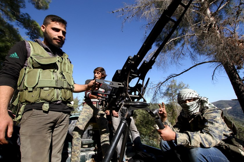 Syrian Turkmen fighters are seen with an anti-aircraft artillery weapon near the northern Syrian village of Yamadi, near the Turkish-Syrian border, Syria, November 24, 2015. Photo: Reuters/Stringer