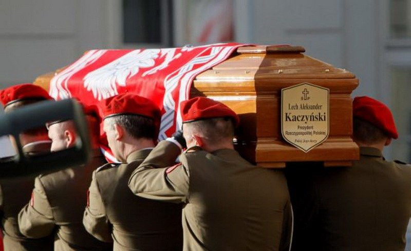 Soldiers carry the coffin of late Polish President Lech Kaczynski in front of the President's Palace in Warsaw April 17, 2010. Photo: Reuters/Petr Josek