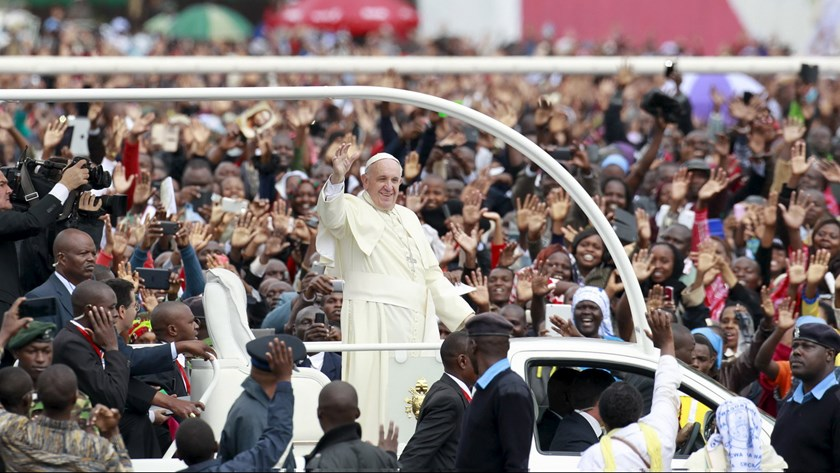 Pope Francis waves to faithful as he arrives for a Papal mass in Kenya's capital Nairobi, November 26, 2015. Photo: Reuters/Thomas Mukoya