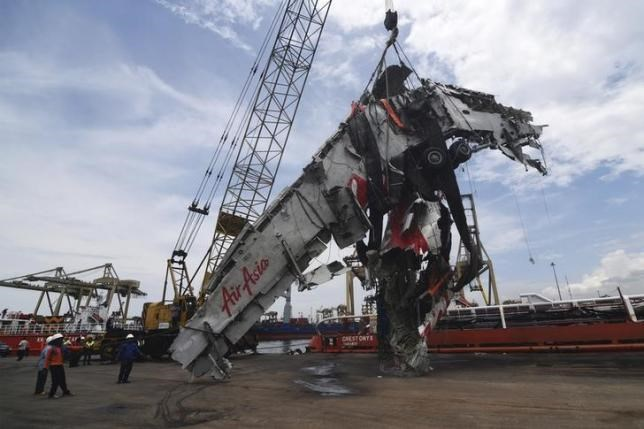 Workers unload the fuselage of AirAsia QZ8501, which crashed into the Java Sea on Dec. 28, from the ship Onyx Crest in Tanjung Priok port in Jakarta March 2, 2015. Photo: Reuters/Antara Foto/Zabur Karuru/Files