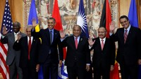 U.S. President Barack Obama poses for a family photo with leaders of island nations under threat by rising sea levels during the World Climate Change Conference 2015 (COP21) in Paris, France, December 1, 2015. (L-R) Barbados Prime Minister Freundel Stuart, Kiribati President Anote Tong, U.S. President Barack Obama, Marshall Islands President Christopher Loeak, Papua New Guinea Prime Minister Peter O'Neill and Saint Lucia Prime Minister Kenny Anthony. Photo: Reuters/Kevin Lamarque
