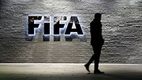 A journalist walks in front of FIFA's headquarters in Zurich, Switzerland December 2, 2015. Photo: Reuters/Arnd Wiegmann