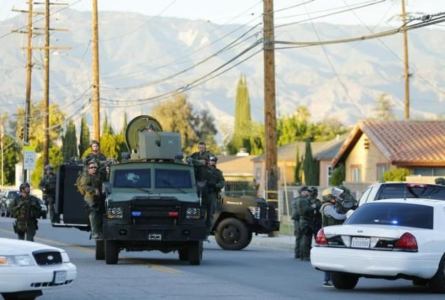 Police officers conduct a manhunt after a mass shooting in San Bernardino, California December 2, 2015. Photo: Reuters/Mike Blake