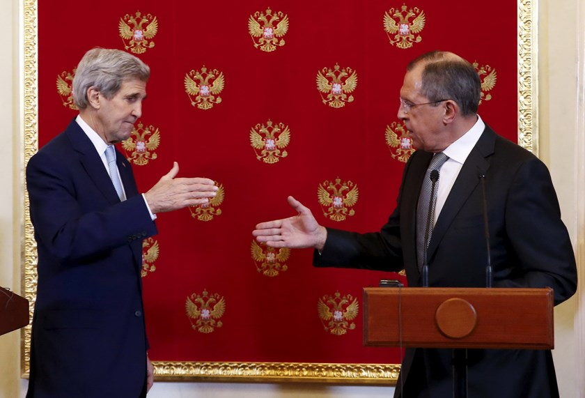 Russian Foreign Minister Sergei Lavrov (R) and U.S. Secretary of State John Kerry shake hands during a news conference following their meeting with Russian President Vladimir Putin at the Kremlin in Moscow, Russia December 15, 2015. Photo: Reuters/Sergei Karpukhin