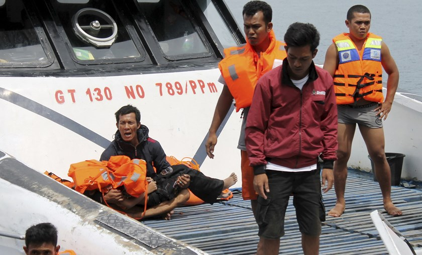 A rescued ferry passenger (L) holds the body of his son as they are evacuated to a port in Kolaka, Southeast Sulawesi, Indonesia December 20, 2015 in this photo taken by Antara Foto. Picture taken December 20, 2015.Photo: Reuters/Jojon/Antara Foto