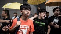 This file picture taken on August 27, 2015 shows student protesters Joshua Wong (center L) and Nathan Law (center R) outside the Wanchai police station in Hong Kong. Photo: AFP/Files/Philippe Lopez