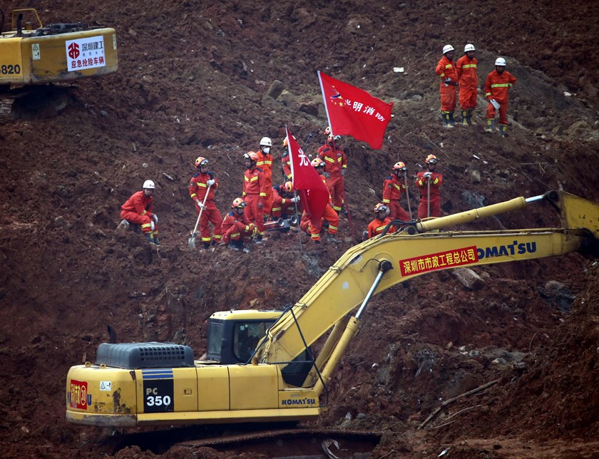 Rescue workers conduct search and rescue operations at an industrial estate hit by a landslide in Shenzhen, Guangdong province, December 23, 2015. Photo: Reuters/Kim Kyung-Hoon