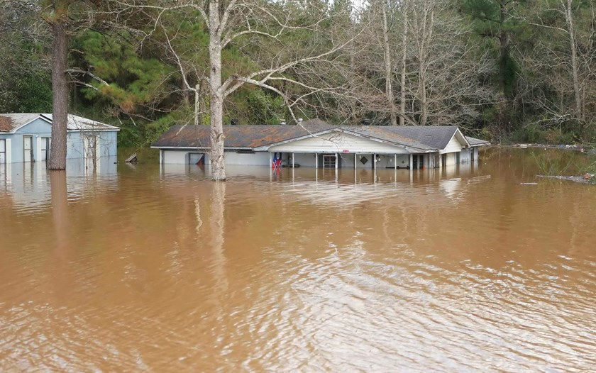 A house is under water on the banks of the Pea River in Elba, Alabama, December 26, 2015. Photo: Reuters/Marvin Gentry